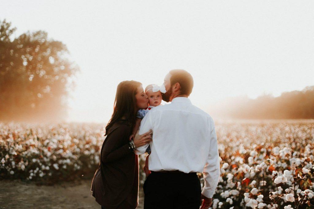 Gestación subrogada: una mujer se queda embarazada de forma voluntaria, con el fin de dar a luz un bebé para una persona o pareja que son los llamados padres intencionales.